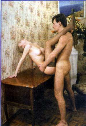 камасутра на столе эро фото
